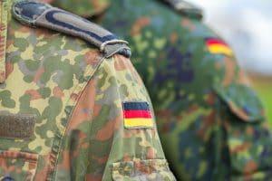 Bundeswehruniform mit Deutschland Flagge