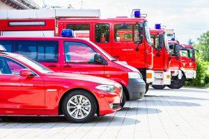 Feuerwehrfahrzeuge aufgereiht