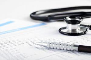Krankenversorgung Aufnahmeantrag mit Stethoskop